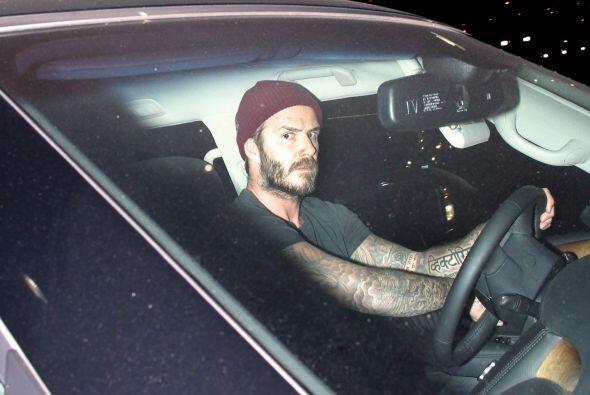 El ex futbolista se vio molesto con las cámaras al abordar su vehículo.M...