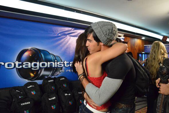 Alex la abrazó fuerte y después todos la felicitaron.