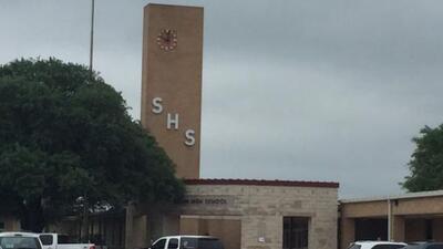 Un tiroteo en la preparatoria Seguin dejó a un alumno herido, sin embarg...