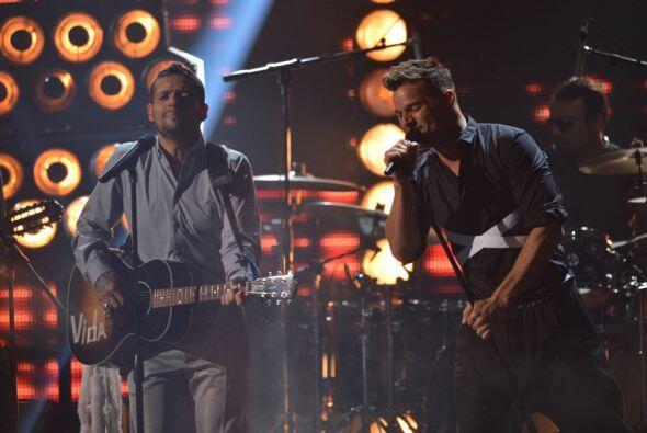 Ricky Martin y Draco subieron al escenario a presentar su nuevo sencillo.