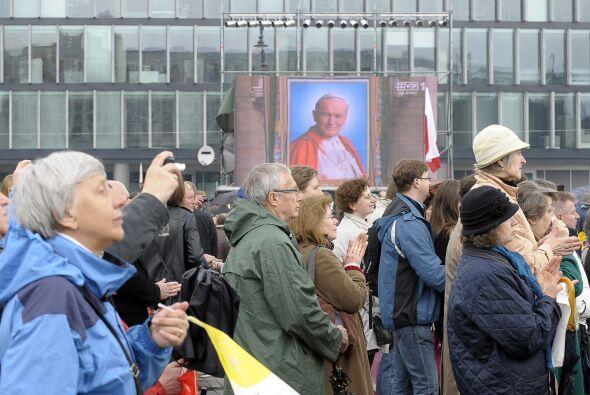 Miles de fieles polacos siguieron la ceremonia en la plaza central de Va...
