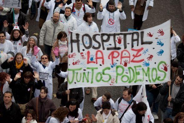 Decenas de miles de personas se manifestaron el domingo por el centro de...