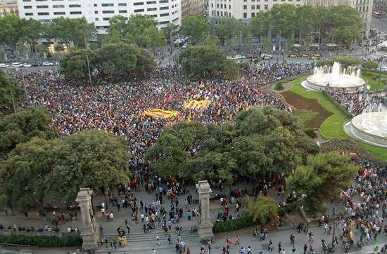 En otro epicentro de las protestas, Barcelona, miles de personas con ban...