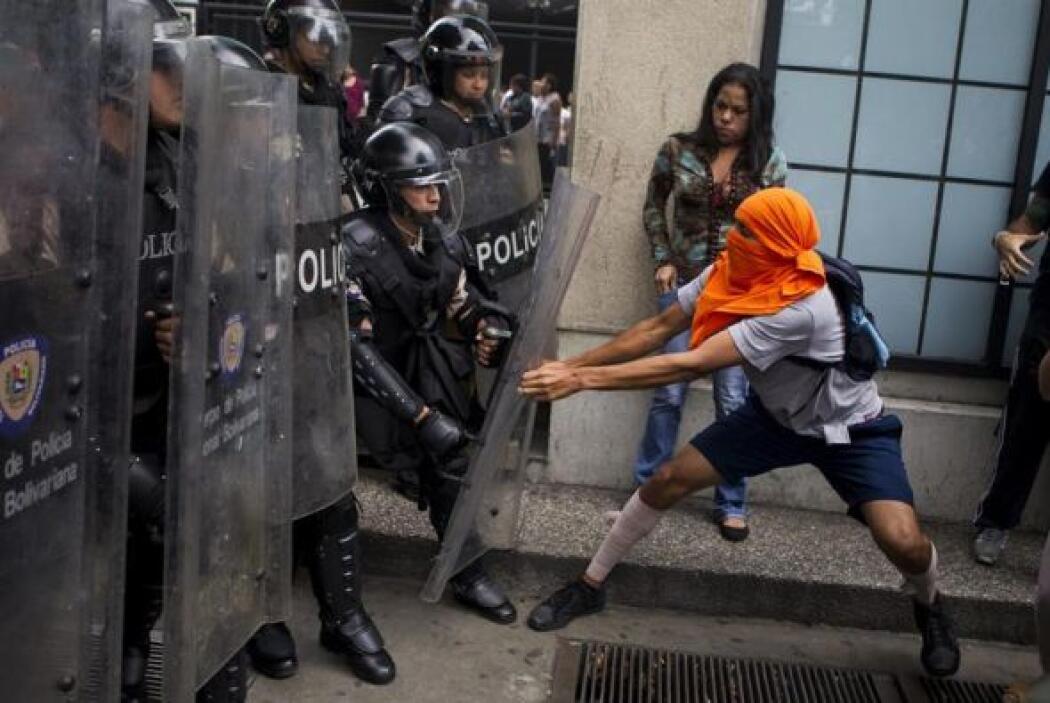 Manifestantes opositores se enfrentan a miembros de la Guardia Nacional...