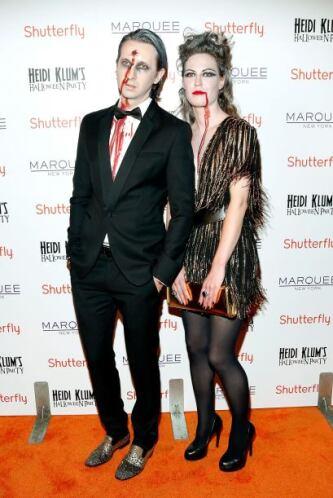 Pero lo tenebroso no se quedó atrás, el disfraz de esta pareja es una pr...