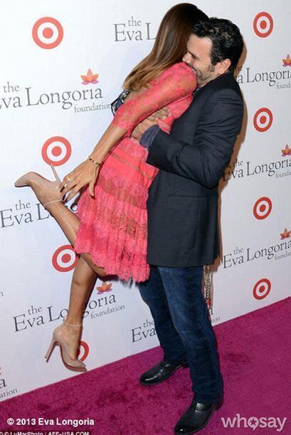 Eva es cargada por su amigo Ricardo Antonio Chavira, quien saliera de su...