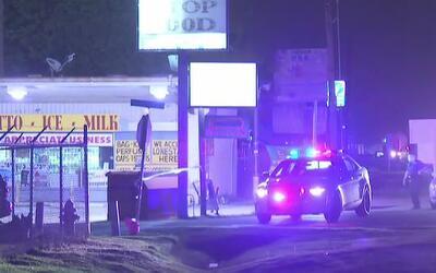 Oficial de policía disparó contra un vehículo que, al parecer, intentó a...