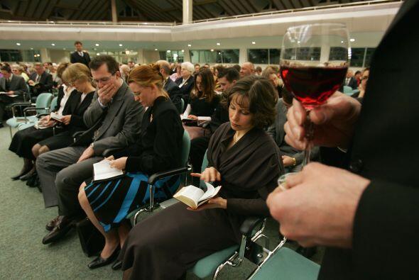 Los testigos de Jehová tienen su propia versión de la Biblia, que fue ad...