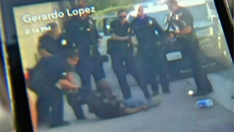 Momento del hombre arrestado captado por cámara de teléfono celular.