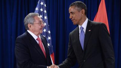 Raúl Castro estrecha la mano de Barack Obama