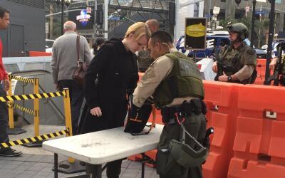 Autoridades llevan a cabo revisiones a los pasajeros del Metro de Los &A...