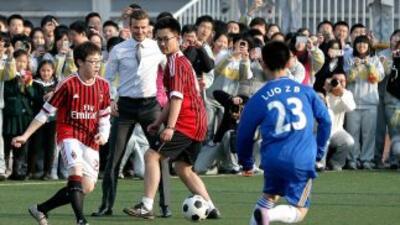 'Becks' aparece jugando con algunos niños y jóvenes chinos.