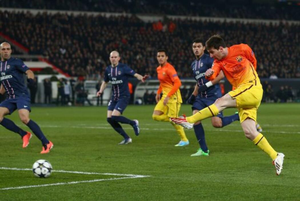 Messi dispardo de primera desde la izquierda para meter el balón en las...