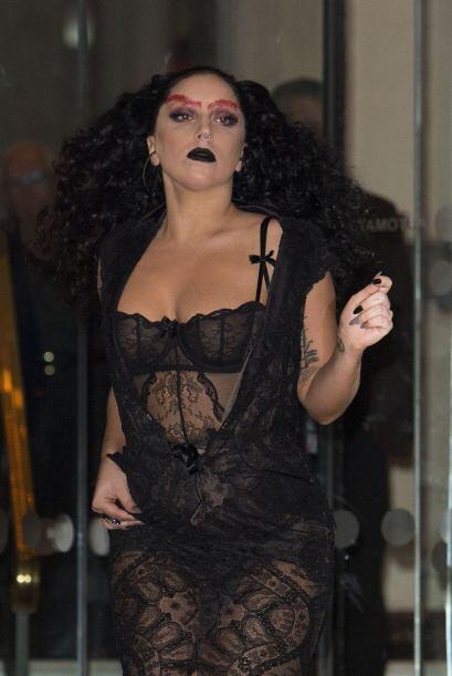 Con esta combinación de Amanda Miguel gótica y sexy, Gaga...