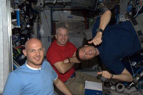 El capitán ruso Maxim Surayev, junto a su homólogo estadounidense Reid W...