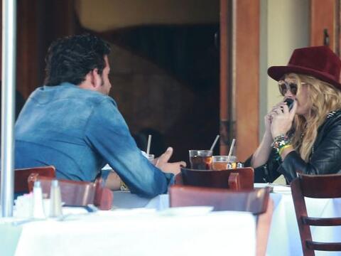 Encontramos a Paulina y Gerardo almorzando en West Hollywood. Más...
