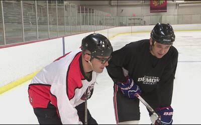 Omar ramos se puso los patines para aprender a jugar hockey