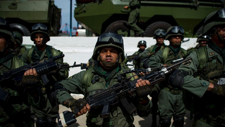 En un minuto: Militares venezolanos cruzan la frontera y se instalan en...