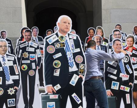 El gobernador Jerry Brown y los logos de sus donantes.