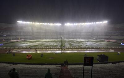 Fuertes lluvias afectaron la cancha del estadio Monumental