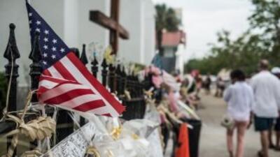 Un homenaje a las víctimas a las afueras de la iglesia.