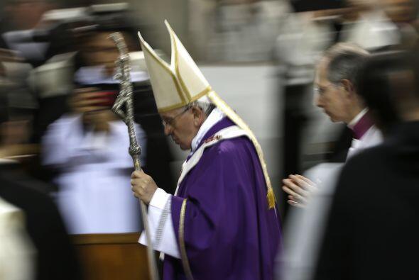 La revista está repleta de fotografías de los 77 años del Papa en Argent...