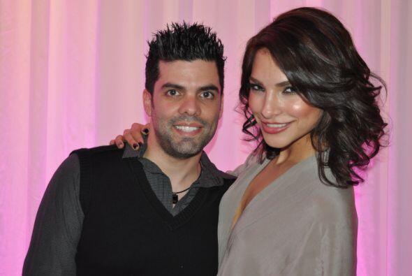 Empezamos con nuestra primera reina Alejandra Espinoza, quien goza a ple...