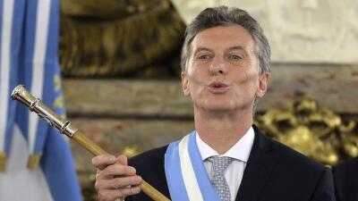 Mauricio Macri con el bastón presidencial