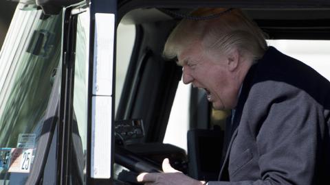 El presidente posó para los fotografos dentro del camión mientras el esf...
