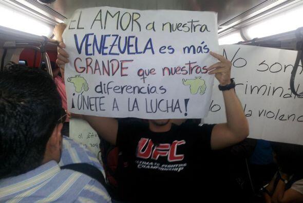 Protesta dentro de uno de los vagones del Metro de Caracas. Fotografía p...