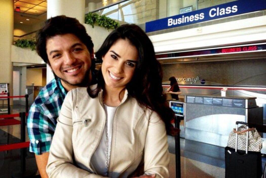 Vanessa junto a David Chacón en el aeropuerto para viajar a Miami.