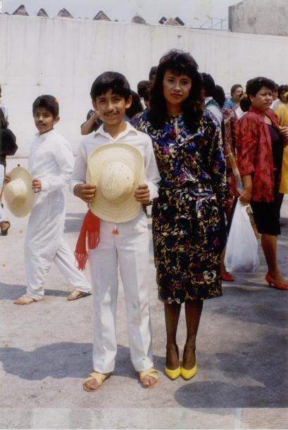 Esta es de sexto grado después de un bailable. Aquí posó con su maestra.