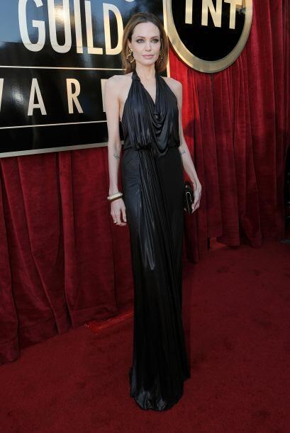 Sencillo pero muy acertado fue el look con el que la actriz Angelina Jol...