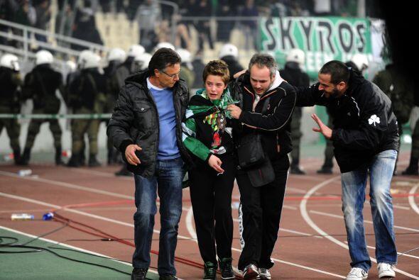 Un niño seguidor del Panathinaikos estaba muy asustado y tuvo que ser as...