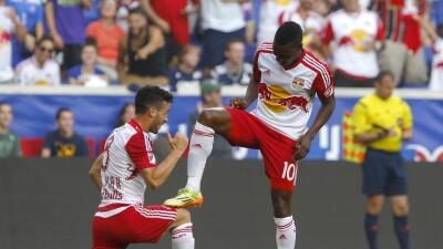 Lloyd Sam celebra su gol