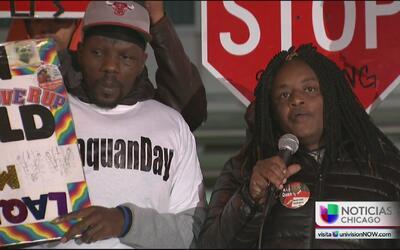 Líderes comunitarios y activistas realizan una vigilia por Laquan McDonald