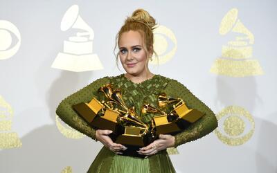 Adele posa en la sala de prensa con sus cinco premios Grammy, el domingo...