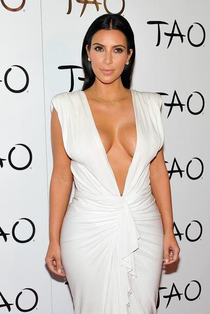 Este consistía en un entallado vestido blanco, pero con un escote, con e...