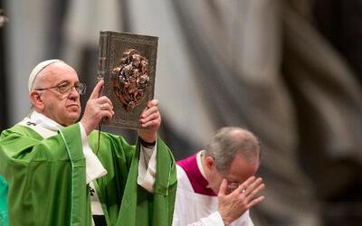 El papa Francisco leventa el Evangelio durante una misa para celebrar el...
