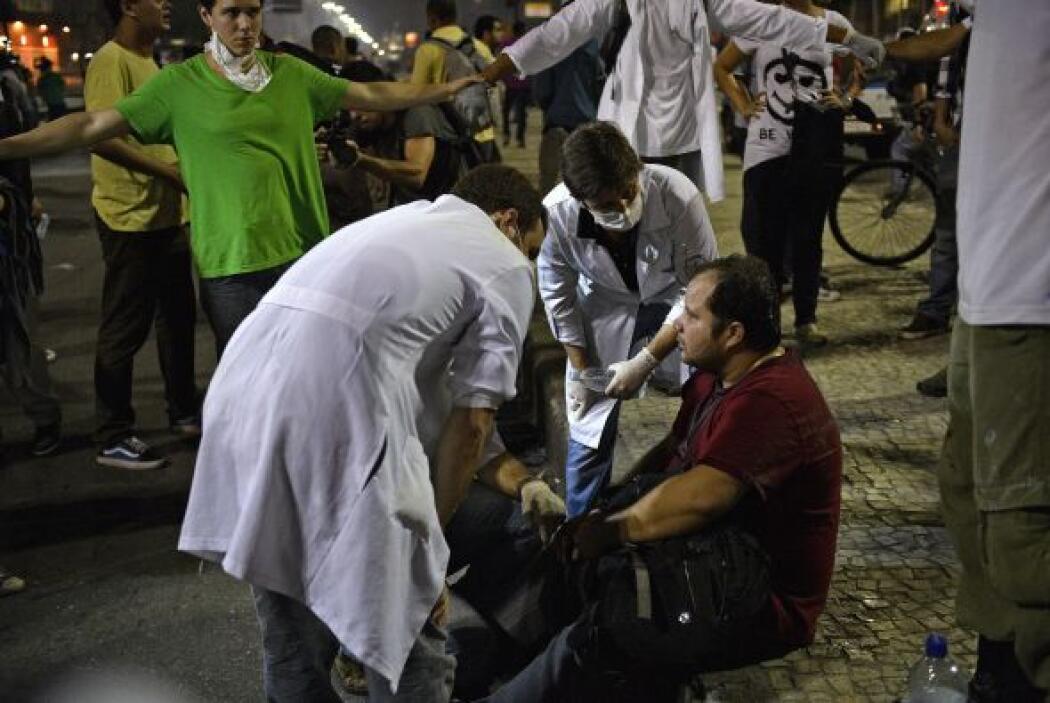 La televisión Globo mostró imágenes de uno de sus periodistas herido de...