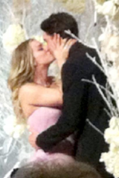 Con este romántico beso sellaron su unión. Mira aqu&iacute...