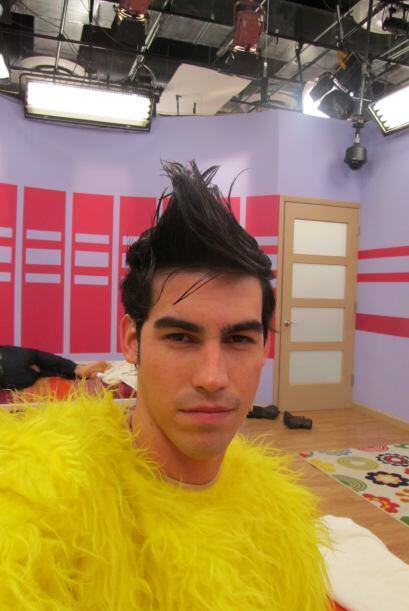 Por esta foto podríamos jurar que Alex se vistió del Pollo...