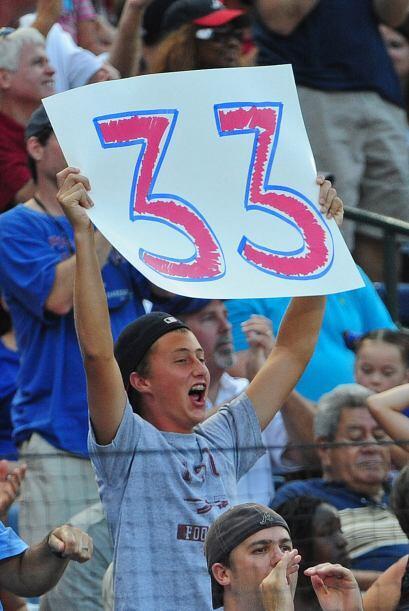 La afición festeja los 33 partidos consecutivos de Dan Uggla cone...