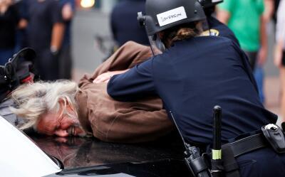 Arresto en protestas anti-Trump en San Diego.