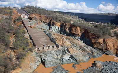 Las vías de desagüe de la represa Oroville resultaron severamente dañada...