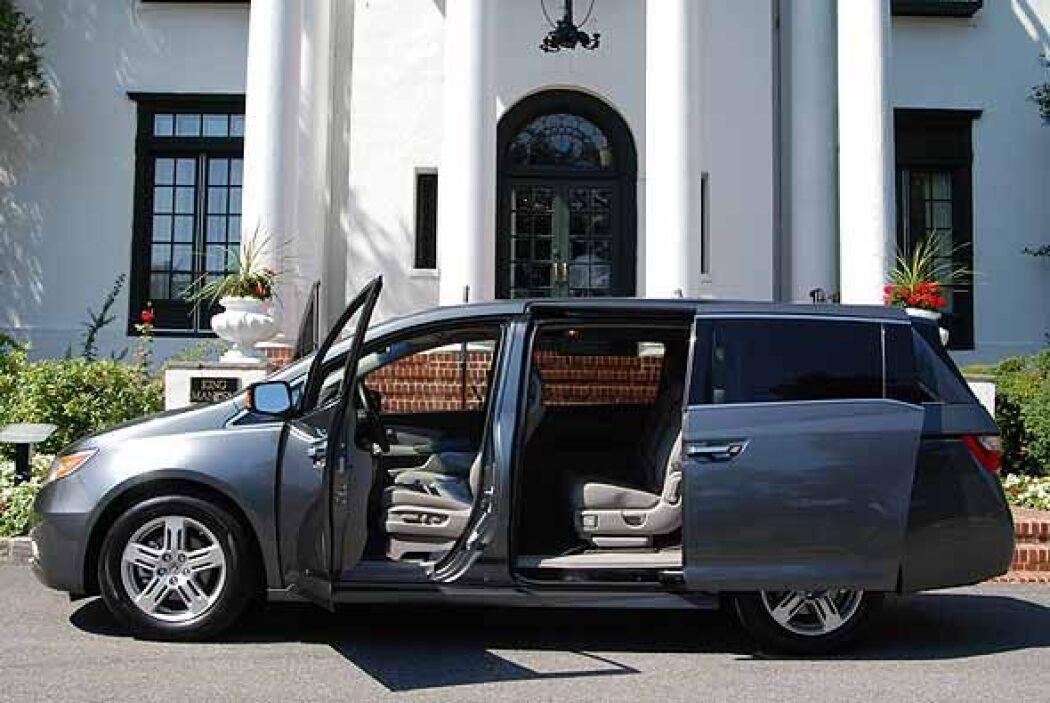 En su interior la Odyssey ofrece espacio para ocho pasajeros en sus tres...