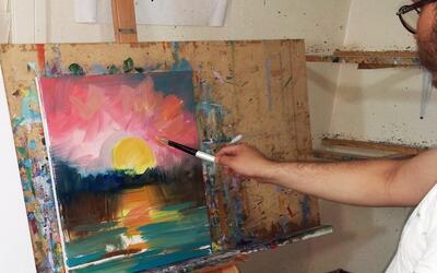 El pintor mexicano José Trujillo mientras pinta una de sus obras al óleo.