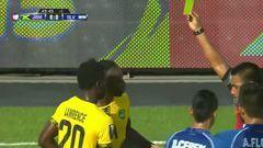 Tarjeta amarilla. El árbitro amonesta a Darren Mattocks de Jamaica