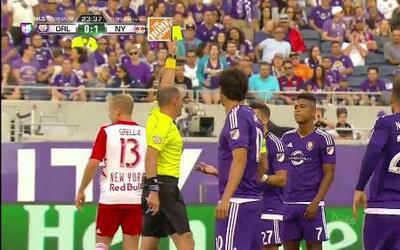 Tarjeta amarilla. El árbitro amonesta a Rafael Ramos de Orlando City SC