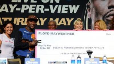 Floyd Mayweather Jr. apoya la lucha contra el cáncer de mama.